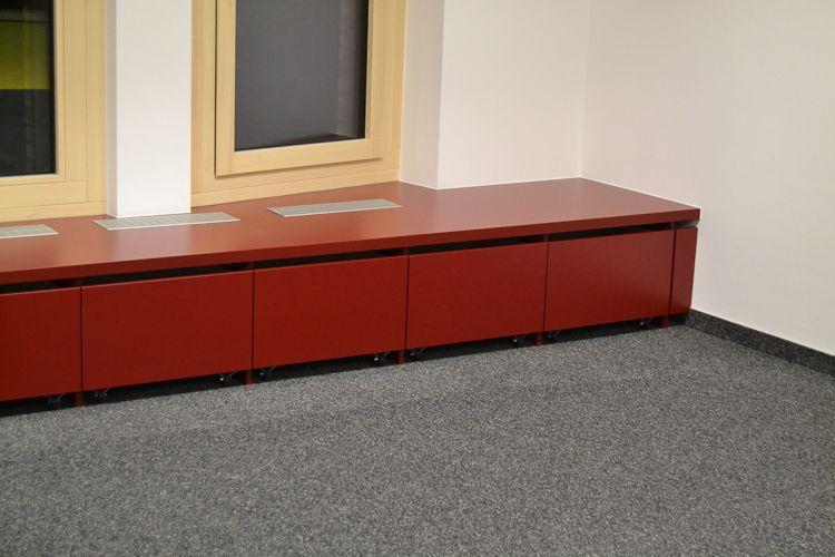 Möbelbau & Innenausbau - Schrankwand unter dem Fenster rot