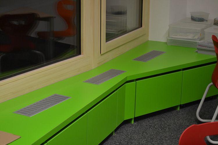 Möbelbau & Innenausbau - Schrankwand unter dem Fenster grün